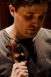 Peter with Paganini's del Gesu 'Il Cannone'. Rehearsing, London 2006. Photo: Richard Bram